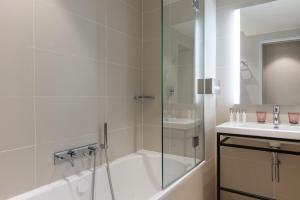 A bathroom at Hotel Le Mareuil