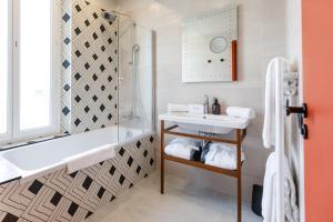 A bathroom at Hotel Verlaine