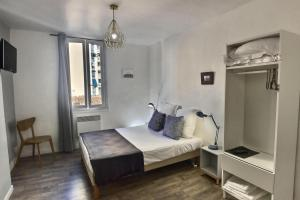 A bed or beds in a room at Les Appartements d'Edmond St Sebastien