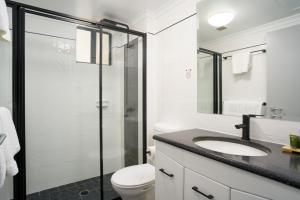 A bathroom at Townhouse Hotel