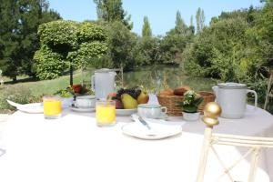 Breakfast options available to guests at Chateau Camiac
