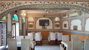 A restaurant or other place to eat at Hotel Radhika Haveli, Mandawa