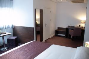 A bed or beds in a room at Hotel Luxer