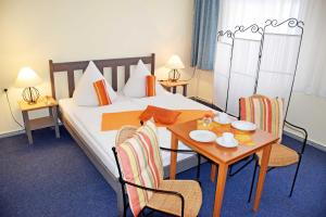 A bed or beds in a room at Wilhelms Hostel im Ostseebad Sellin