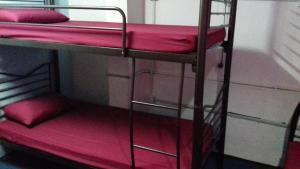 Ein Etagenbett oder Etagenbetten in einem Zimmer der Unterkunft Submarine Guest House Central Market