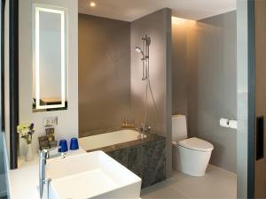 A bathroom at Novotel Bangkok Sukhumvit 4