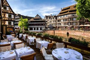 A restaurant or other place to eat at Hotel & Spa REGENT PETITE FRANCE