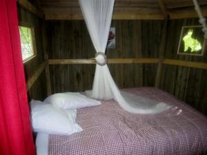 A bed or beds in a room at Les cabanes du lac du Der