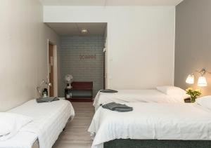 A bed or beds in a room at Hotelli & Ravintola Martinhovi