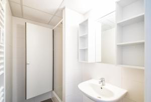 A bathroom at Auberge de Jeunesse de Charleroi Youth Hostel