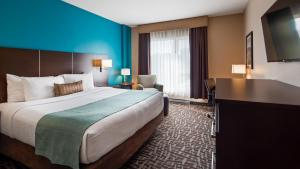A bed or beds in a room at Best Western Plus Hotel Montreal