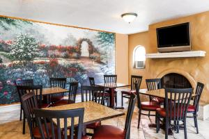 A restaurant or other place to eat at Days Inn & Suites by Wyndham Altamonte Springs