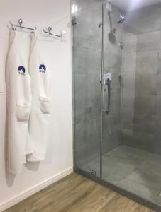 Um banheiro em Dolphin Hotel