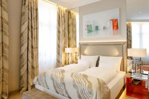 A bed or beds in a room at Boutiquehotel Das Tyrol