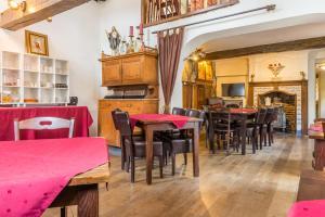 Un restaurante o sitio para comer en Hotel Berneau