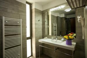 A bathroom at Victoria Bulevard Hotel