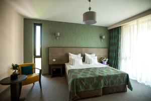 A bed or beds in a room at Victoria Bulevard Hotel