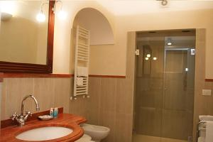 A bathroom at Palazzo Iaquinto