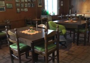 Ein Restaurant oder anderes Speiselokal in der Unterkunft Hotel zur Eiche