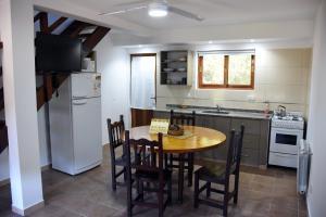 Una cocina o kitchenette en Cabañas Antu Kuyen