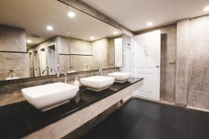 A bathroom at D Hostel Bangkok
