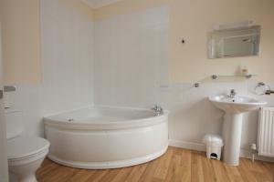 A bathroom at All Seasons Lodge Hotel