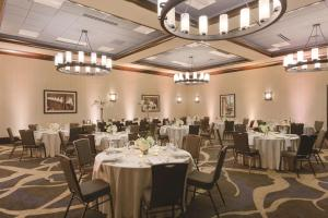 A restaurant or other place to eat at Embassy Suites Saratoga Springs