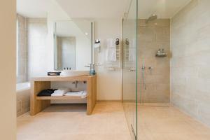 A bathroom at ARBOREA Marina Resort Neustadt