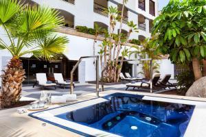 Piscine de l'établissement Gran Tacande Wellness & Relax Costa Adeje ou située à proximité