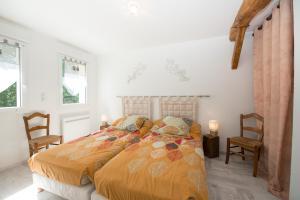 Een bed of bedden in een kamer bij Gite Des Peupliers