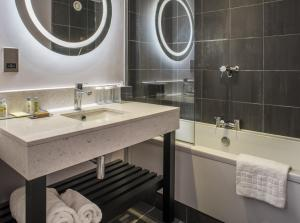 A bathroom at DoubleTree by Hilton Bristol South - Cadbury House