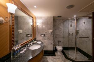 A bathroom at Montien Riverside Hotel