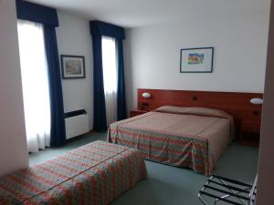 A bed or beds in a room at Hotel Naonis