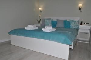 A bed or beds in a room at Apartamenty Feniks & Pegaz