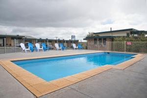 The swimming pool at or near Hi Way Eight Motor Inn