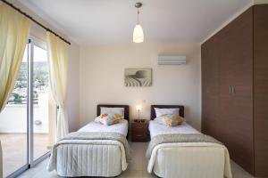 Кровать или кровати в номере Club Coral View Resort