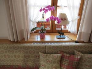 Ein Sitzbereich in der Unterkunft Gästehaus Bergstüberl