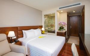 Ein Bett oder Betten in einem Zimmer der Unterkunft Orchids Saigon Hotel