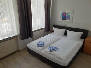 A bed or beds in a room at Appartement-Hotel Rostock