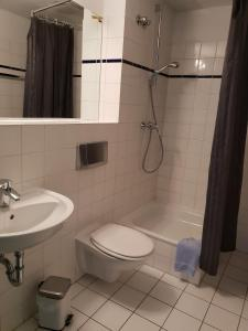 A bathroom at Appartement-Hotel Rostock