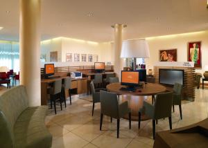 A restaurant or other place to eat at Sheraton Carlton Nuernberg