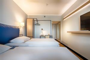 A bed or beds in a room at Dorint Kongresshotel Chemnitz