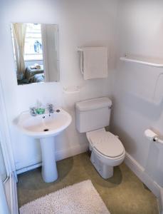 A bathroom at Somerset House B&B