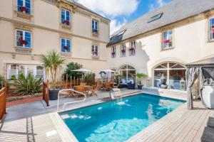 The swimming pool at or close to Hôtel De Brunville
