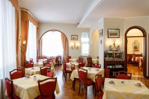 A restaurant or other place to eat at Hotel Continental