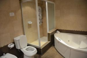 A bathroom at Hotel Cuatro Plazas