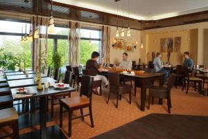 A restaurant or other place to eat at Parkhotel Nieheim