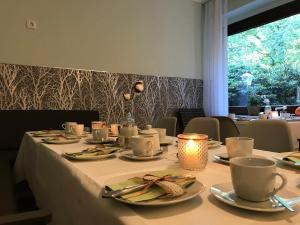 A restaurant or other place to eat at Waldpension Bielefeld