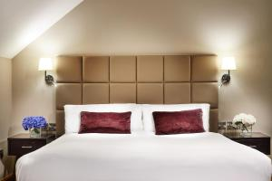 A bed or beds in a room at Radisson Blu Hotel, Athlone
