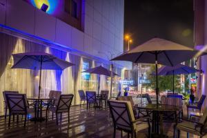 Um restaurante ou outro lugar para comer em Al Muhaidb Al Takhasosi Hotel